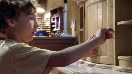 小男孩得到一个奇怪的柜子, 只要把东西放进去, 再打开就会大变样
