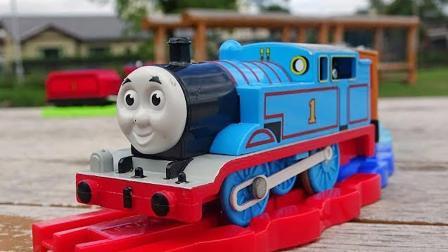 玩具小火车托马斯和培西在火车道上忙碌了一天