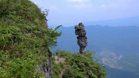 世界最危险的石头之一立在贵州大山悬崖上, 早晚要倒下去