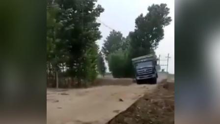 满载木材货车过小桥 不料瞬间垮塌