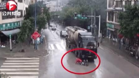 画面太惊险! 电动车争道抢行酿事故, 半挂车碾压拖行10多米!