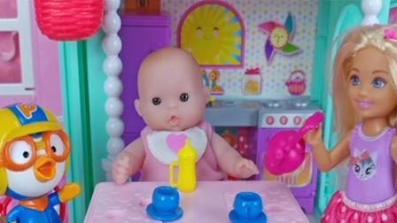 芭比娃娃玩具: 芭芭拉做饮品和蛋糕给小宝贝和宝露露