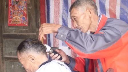 六旬大爷剃头40余年, 当问他剃头手艺赚不赚钱时, 大爷沉默的笑了