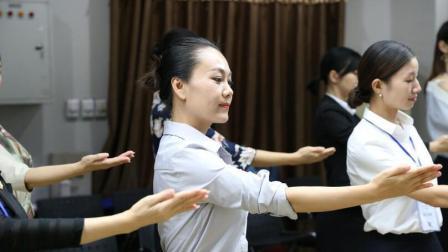 礼仪培训师徐文波老师在风尚圈分享微笑的训练三