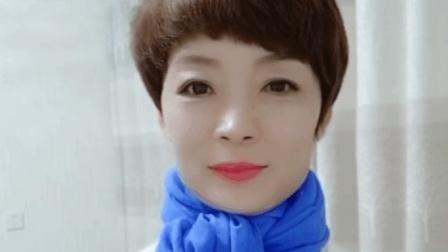 女士戴蓝色丝巾非常显肤色, 这样系简单又显气质!