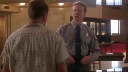 警察刚进电梯就发现身边的人有问题, 都是假冒警察, 几秒钟全死了