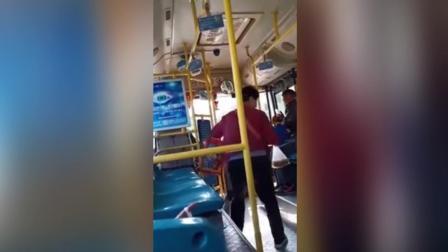 与公交司机起争执 大妈飞脚猛踹驾驶中的司机