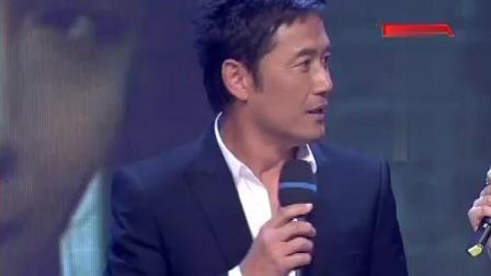 杨康扮演者来到现场 郭靖走秀出场 兄弟团聚