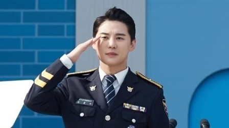 JYJ金俊秀兵役结束正式退伍 穿警服行礼俊朗挺拔