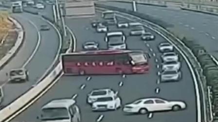 大巴车高速公路上掉头, 监控拍下惊险过程, 司机的驾照是买的吗?