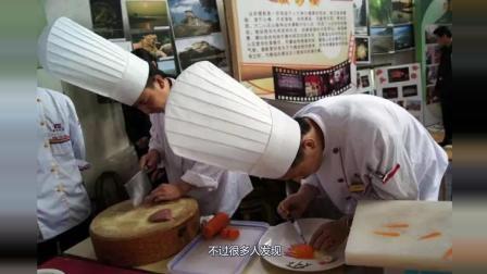 小伙伴们都知道厨师都带着高帽子, 为什么这样? 不会影响厨艺吗?