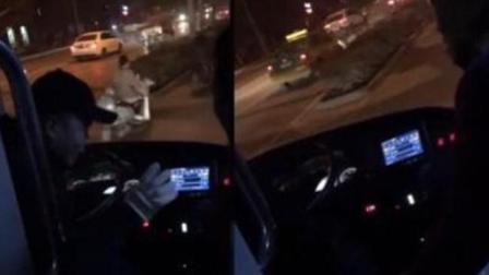 公交急刹致乘客险摔倒 司机道歉后大妈不依不饶 扬言要打爆司机的头
