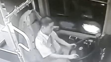 六旬老人公交车上脚踹司机致公交车撞墙