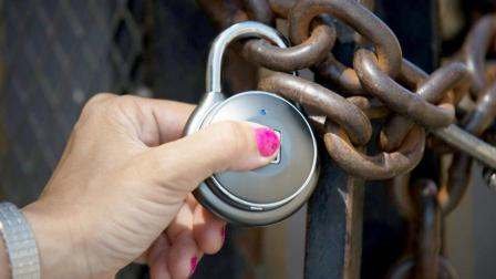 外国人造了一把指纹锁, 刀刮也不会坏, 却只需30秒, 就能被毁掉