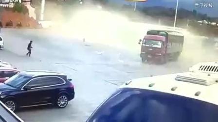 车祸凶猛, 教训惨痛—重型罐式牵引车高速路失控, 冲入服务区
