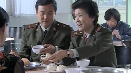 女所长到基层食堂吃大锅饭,结果看见饭菜后,当场怒了要求整改