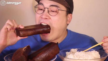 韩国大胃王吃播用3大根腌萝卜配白米饭, 感觉吃的很香啊。