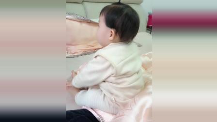 小萝莉被妈妈一脚踹飞了, 接下来小萝莉的反应太可爱了!