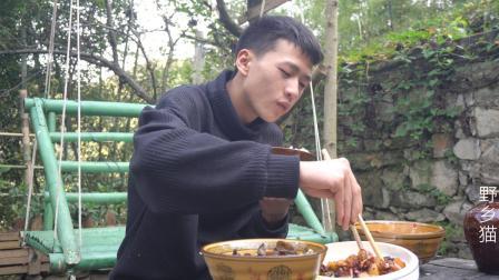 隐居深山, 房屋附近开荒种上菜, 干完活在小院炒几个小菜吃