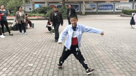 6岁小孩街头跳鬼步舞被围观, 老奶奶情不自禁跟着蹦起来, 太嗨了