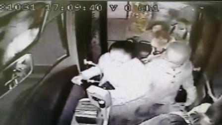 """女子强行插队上车 遭七旬老人出手""""教训"""""""