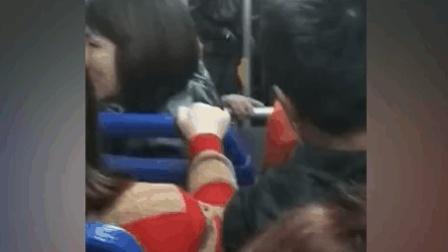 公交车上现不讲理乘客 频频爆粗口骂司机