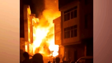 平南一店铺发生火灾 大火烧亮整条街!