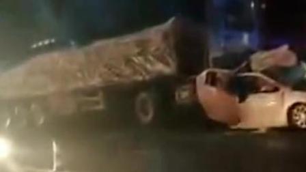 小车遭两大货车夹击成夹心饼 人员被困