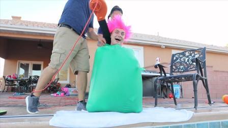 国外小哥实力作死, 把半个身体塞进气球, 跳下水的一瞬间笑哭了