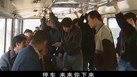 男子公交车上偷东西, 被发现还打人, 结果遇上连2个特种兵!