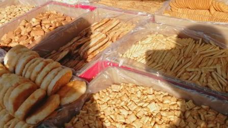 实拍: 农村大集上卖蛋糕饼干的摊子, 还是那几种零食, 都是大妈