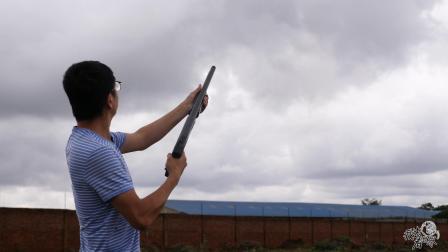 在非洲有枪证是可以买枪的,工厂用来吓贼的枪,我们试开了一把