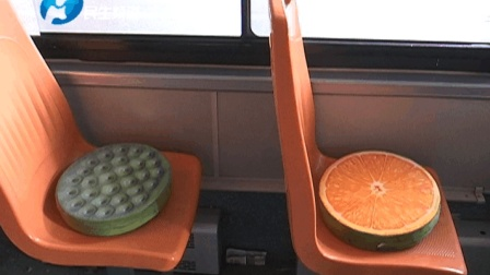 """冬天乘公交遭遇""""冷板凳"""", 车长暖心加装棉坐垫"""