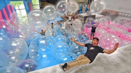 老外用100个超大气球给好友惊喜