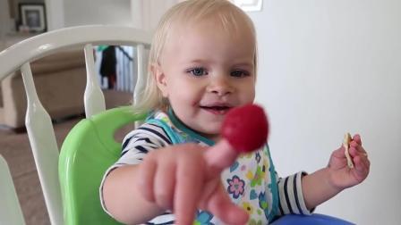 宝宝把草莓戳在手指上吃, 一口接一口, 太可爱了