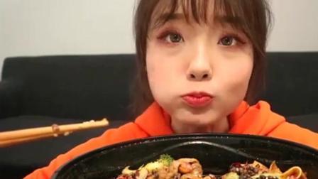 上海美食吃播, 吃冒菜连里边的麻椒也不放过, 口味真独特!