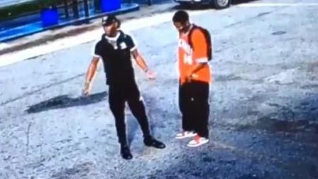 美国男子拿微型冲锋枪吓唬人, 突然意外情况发生, 监控拍下这画面