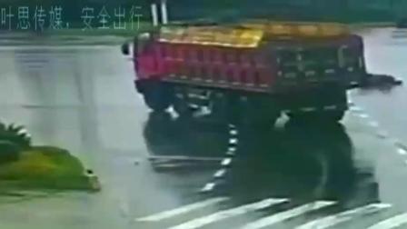 摩托时速125闯红灯被撞飞, 看了3遍监控家属都无法接受事实!