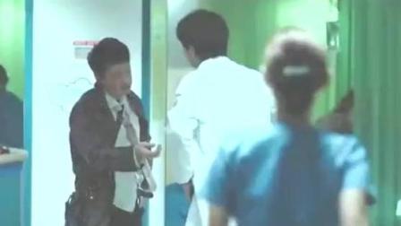 男子车祸被送到医院, 当医生剪开上衣治疗, 被他特殊的身份吓到