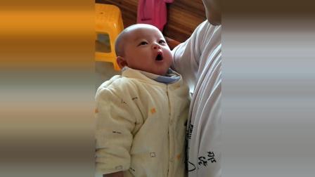 宝宝在妈妈怀里开始说话了, 接下来宝宝的反应太可爱了!