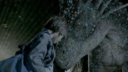 小男孩养了一只恐龙当宠物, 几天就长得比房子还高, 还救了他一命
