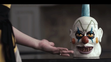 妈妈为了不让女儿偷吃饼干, 竟买了个小丑饼干罐, 谁想真的小丑竟然来了