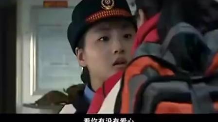 火车上遇到无理列车员, 美女拿出自己的证件让列车长连声道歉