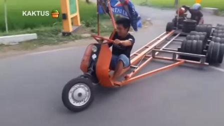请看看这个踏板摩托车装啦多少个轮子, 你这是怕自己摔倒吗?