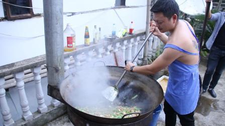 农村酒席大锅菜, 猪肉炒豌豆, 用柴火大锅炒就是好吃