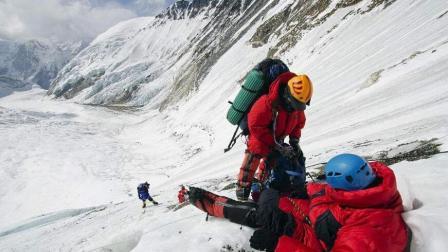 为什么在爬珠穆朗玛峰的时候, 有人摔倒不能扶? 看完知道其中的猫腻