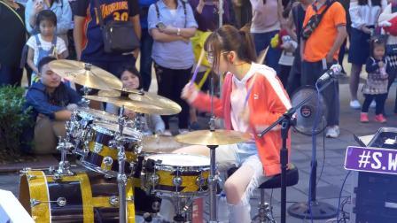 霸气小姐姐来袭, 罗小白街头架子鼓表演《Poker Face》!