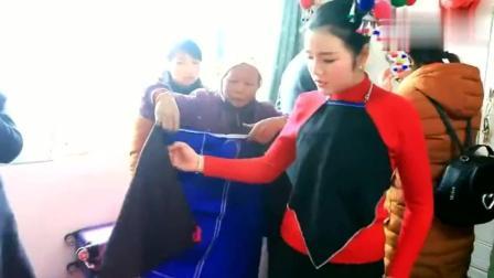 贵州农村美女嫁给侗族小伙, 正在穿衣打扮, 很漂亮!