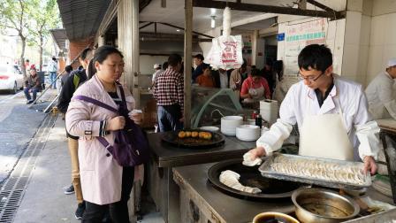 南京40年扁食老店, 门脸都看不清了, 早上卖鲜牛肉, 中午人挤人