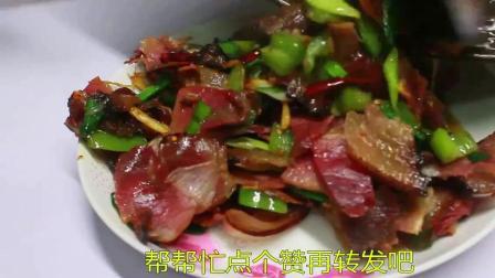 三年湘西老腊肉炒蒜苗, 不放一点调味料, 起锅熏香扑鼻!